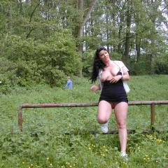 Muschi zeigen am Waldweg